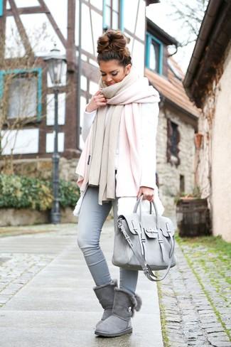 Elige un chaleco de pelo blanco y unos vaqueros pitillo celestes para una vestimenta cómoda que queda muy bien junta. Botas ugg grises darán un toque desenfadado al conjunto.