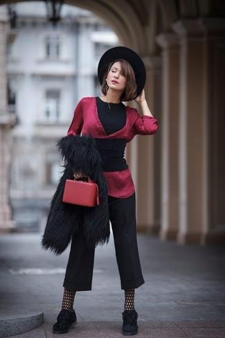 Cómo combinar: chal negro, chaqueta de piel negra, camiseta con cuello circular negra, blusa de manga larga de seda roja