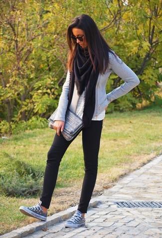 Cómo combinar: chal negro, chaqueta motera gris, blusa sin mangas con ojete blanca, leggings negros