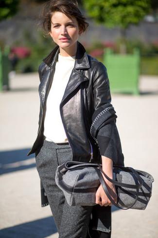 Cómo combinar una bolsa tote de lana en gris oscuro: Este combinación de una chaqueta motera de cuero negra y una bolsa tote de lana en gris oscuro te da una onda muy informal y accesible.