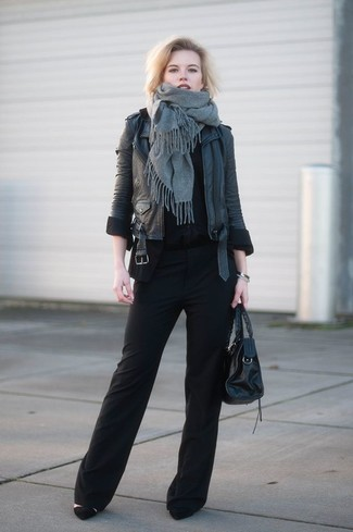 Cómo combinar: chal gris, chaqueta motera de cuero negra, camiseta con cuello circular negra, pantalones anchos negros