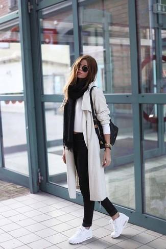 Cómo combinar: chal negro, gabardina en beige, jersey corto blanco, vaqueros pitillo negros