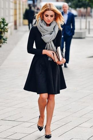 Cómo combinar un chal gris: Opta por una camiseta de manga larga negra y un chal gris para un look agradable de fin de semana. Zapatos de tacón de ante con recorte negros son una opción inmejorable para complementar tu atuendo.