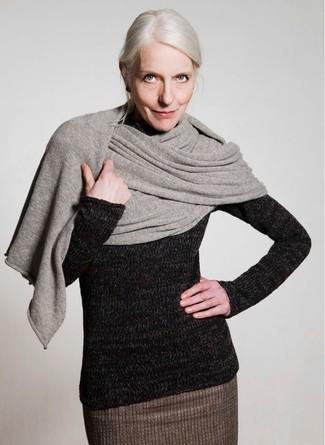 Cómo combinar un chal gris: Usa un jersey de cuello alto de lana negro y un chal gris transmitirán una vibra libre y relajada.