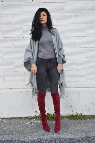 Cómo combinar: chal gris, jersey de cuello alto gris, vaqueros pitillo en gris oscuro, botas sobre la rodilla de ante burdeos