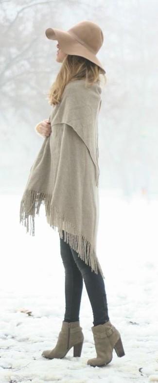 Cómo combinar: chal gris, vaqueros pitillo en gris oscuro, botines de ante grises, sombrero de lana marrón claro