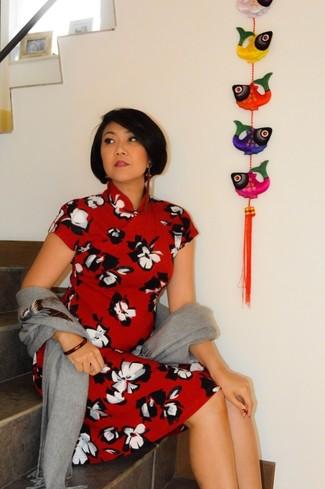 Cómo combinar: chal gris, vestido midi con print de flores rojo, pulsera roja