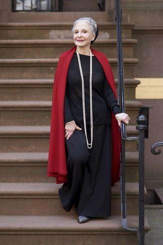 Cómo combinar: chal rojo, jersey con cuello circular negro, pantalones anchos negros, zapatos de tacón de cuero en gris oscuro