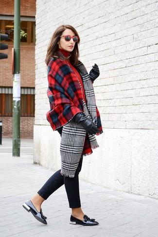 Cómo combinar: chal de tartán en rojo y azul marino, jersey de cuello alto rojo, vaqueros pitillo negros, mocasín con borlas de cuero negro