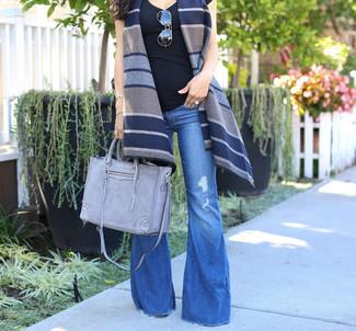 Cómo combinar: chaleco de lana de rayas horizontales azul marino, camiseta sin manga negra, vaqueros de campana azules, bolsa tote de cuero gris