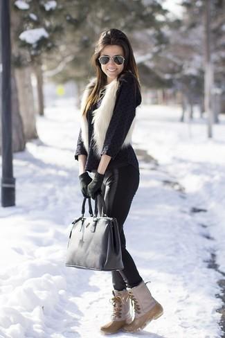 Cómo combinar: chaleco de pelo blanco, blusa de manga larga a lunares negra, leggings de cuero negros, botas para la nieve en beige