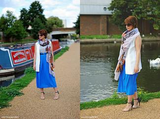 Cómo combinar: chaleco blanco, blusa sin mangas de seda plateada, falda midi azul, sandalias de tacón de cuero en beige