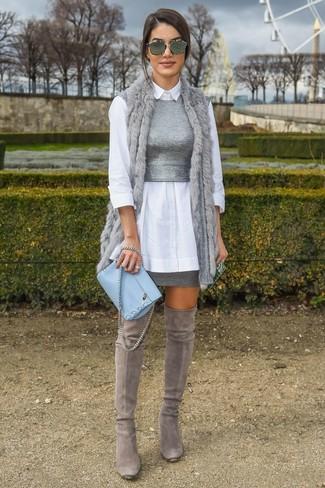 Cómo combinar: chaleco de pelo gris, camisa de vestir blanca, top corto de punto gris, minifalda gris
