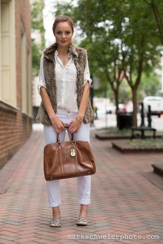 Todos Con tu ropa Look de moda Chaleco de Pelo Marrón, Camisa de Vestir Blanca, Vaqueros Blancos