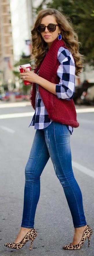 Cómo combinar unos pendientes azules: Un chaleco de punto burdeos y unos pendientes azules son una opción muy buena para el fin de semana. Zapatos de tacón de ante de leopardo marrón claro son una opción muy buena para complementar tu atuendo.
