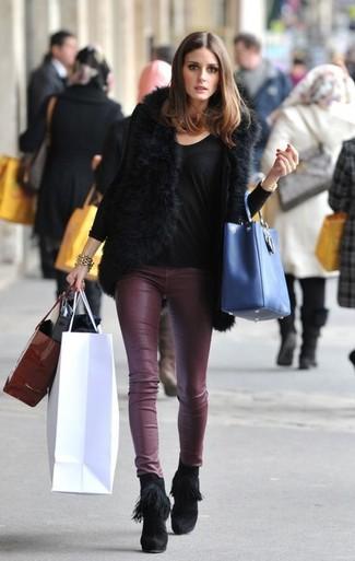 Look de Olivia Palermo: Chaleco de pelo negro, Camiseta de manga larga negra, Pantalones pitillo de cuero burdeos, Botines de ante сon flecos negros