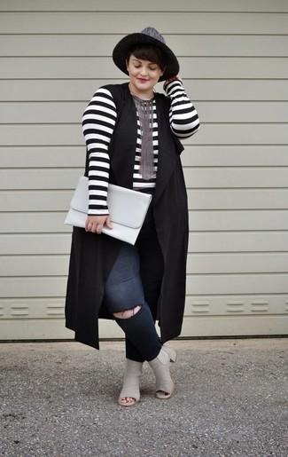 Cómo combinar: chaleco negro, camiseta de manga larga de rayas horizontales en blanco y negro, vaqueros pitillo desgastados negros, botines de cuero con recorte grises