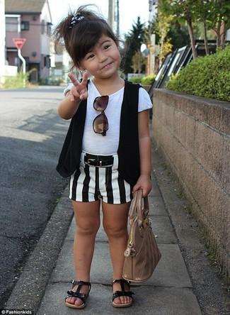 Cómo combinar: chaleco negro, camiseta blanca, pantalones cortos en blanco y negro, sandalias negras