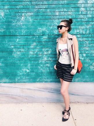 Cómo combinar: chaleco de cuero en beige, camiseta sin manga estampada blanca, pantalones cortos de rayas horizontales azul marino, bailarinas de ante negras
