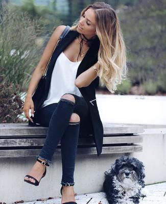 Cómo combinar: chaleco negro, camiseta sin manga de seda blanca, vaqueros pitillo desgastados en gris oscuro, sandalias de tacón de cuero negras