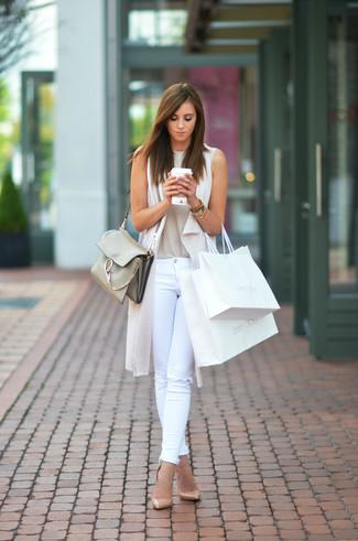 Cómo combinar: chaleco de punto en beige, camiseta sin manga en beige, vaqueros pitillo desgastados blancos, zapatos de tacón de cuero marrón claro