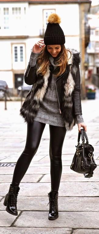 Cómo combinar: chaleco de pelo gris, chaqueta motera de cuero negra, jersey con cuello vuelto holgado gris, leggings de cuero negros