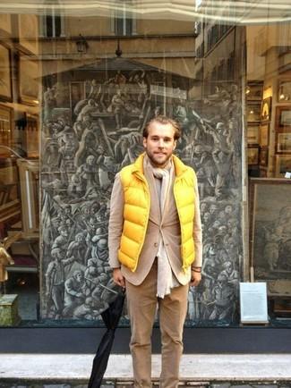 Cómo combinar un pantalón chino de pana marrón claro: Para un atuendo que esté lleno de caracter y personalidad intenta combinar un chaleco de abrigo amarillo junto a un pantalón chino de pana marrón claro.