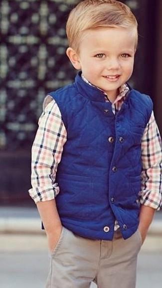 Cómo combinar: chaleco de abrigo azul, camisa de manga larga en multicolor, pantalones en beige