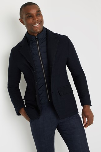 Cómo combinar: chaleco de abrigo azul marino, blazer de lana azul marino, pantalón chino de tartán azul marino