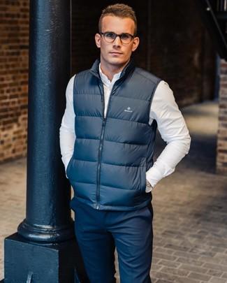 Cómo combinar: chaleco de abrigo azul marino, camisa de manga larga blanca, pantalón chino azul marino
