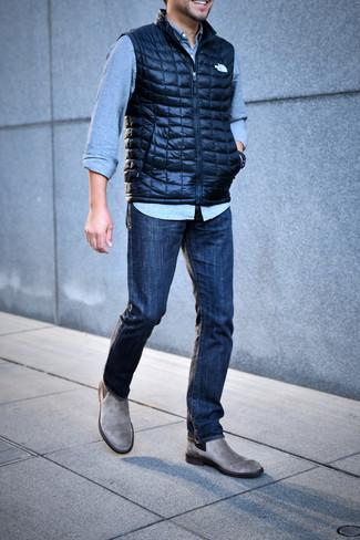 Cómo combinar: chaleco de abrigo acolchado azul marino, camisa vaquera celeste, vaqueros azul marino, botines chelsea de ante grises