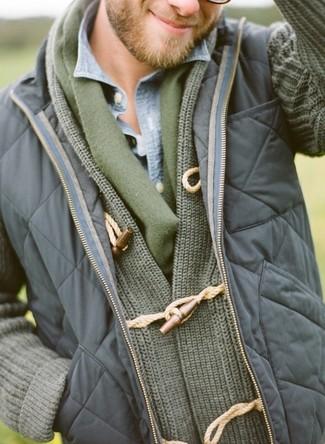 Look de moda: Chaleco de abrigo acolchado azul marino, Cárdigan con cuello chal verde oliva, Camisa vaquera celeste, Bufanda verde oliva