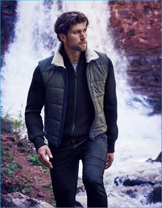 Cómo combinar: chaleco de abrigo azul marino, jersey con cremallera azul marino, camiseta con cuello circular gris, vaqueros azul marino