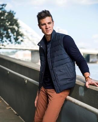 Cómo combinar: chaleco de abrigo azul marino, jersey con cuello circular azul marino, vaqueros naranjas