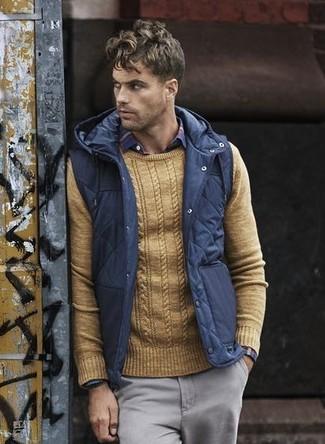 Cómo combinar: chaleco de abrigo acolchado azul marino, jersey con cuello circular marrón claro, camisa de manga larga de tartán en rojo y azul marino, pantalón chino gris