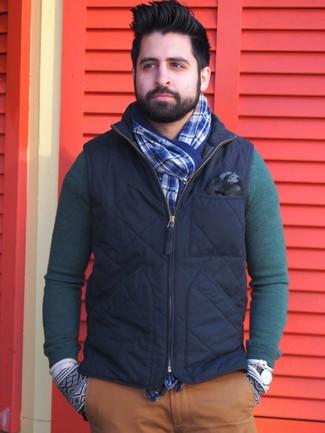 Cómo combinar: chaleco de abrigo azul marino, jersey con cuello circular verde oscuro, pantalón chino en tabaco, bufanda de tartán azul
