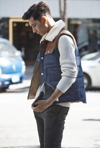 La versatilidad de un jersey de ochos en beige de Gant y un pantalón chino de lana gris oscuro los hace prendas en las que vale la pena invertir.