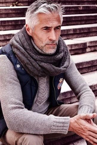 Cómo combinar: chaleco de abrigo azul marino, jersey de ochos gris, pantalón chino en beige, corbata de punto gris