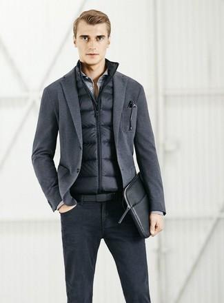Cómo combinar: chaleco de abrigo negro, blazer de punto en gris oscuro, camisa de manga larga gris, vaqueros negros