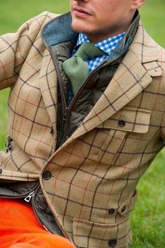 Emparejar un chaleco de abrigo verde oliva de hombres de Brooks Brothers y unos vaqueros de pana naranjas es una opción cómoda para hacer diligencias en la ciudad.