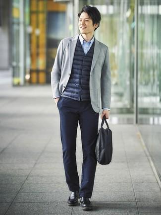 Cómo combinar: chaleco de abrigo azul marino, blazer de punto gris, camisa de manga larga celeste, pantalón chino azul marino