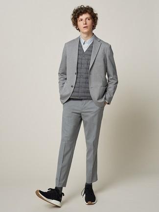 Cómo combinar: chaleco de abrigo gris, blazer de punto gris, camisa de vestir gris, pantalón de vestir gris