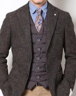 Cómo combinar: chaleco de abrigo acolchado en marrón oscuro, blazer en marrón oscuro, camisa de vestir azul, pantalón chino marrón claro