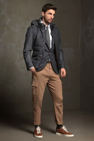 Cómo combinar unos tenis de ante marrónes: Ponte un chaleco de abrigo acolchado negro y un pantalón cargo marrón claro para una apariencia fácil de vestir para todos los días. Tenis de ante marrónes son una opción inmejorable para complementar tu atuendo.