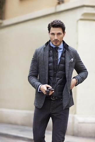 Cómo combinar: chaleco de abrigo acolchado negro, blazer de lana en gris oscuro, camisa de vestir celeste, vaqueros en gris oscuro