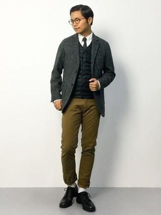 Cómo combinar unos calcetines blancos para hombres de 20 años: Mantén tu atuendo relajado con un chaleco de abrigo acolchado negro y unos calcetines blancos. ¿Por qué no ponerse zapatos derby de cuero negros a la combinación para dar una sensación más clásica?