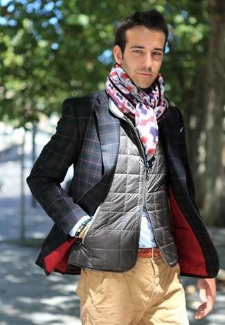 Cómo combinar: chaleco de abrigo acolchado gris, blazer a cuadros en azul marino y verde, camisa de vestir celeste, pantalón chino marrón claro