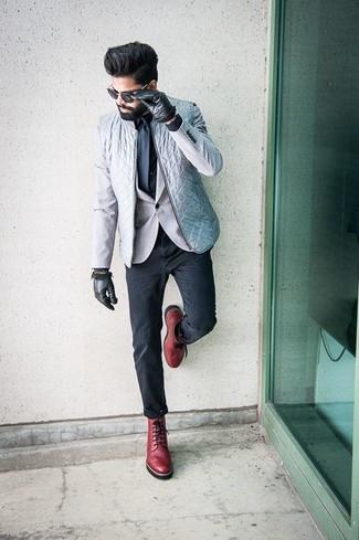 Cómo combinar: chaleco de abrigo acolchado gris, blazer gris, camisa de vestir negra, pantalón chino en gris oscuro