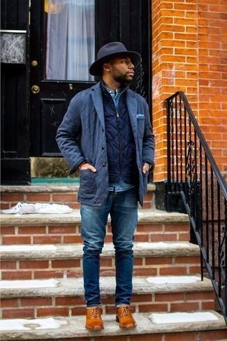 Cómo combinar un chaleco de abrigo acolchado azul marino: Empareja un chaleco de abrigo acolchado azul marino junto a unos vaqueros azules para lidiar sin esfuerzo con lo que sea que te traiga el día. Con el calzado, sé más clásico y usa un par de zapatos oxford de cuero en tabaco.