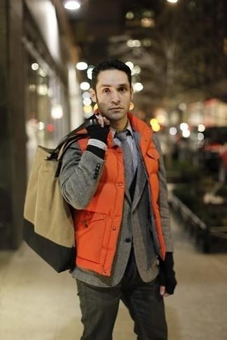 Cómo combinar: chaleco de abrigo acolchado naranja, blazer de lana de espiguilla gris, cárdigan negro, camisa de vestir a cuadros blanca